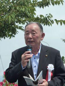 記念碑の建立を祝う岡部正英佐野市長