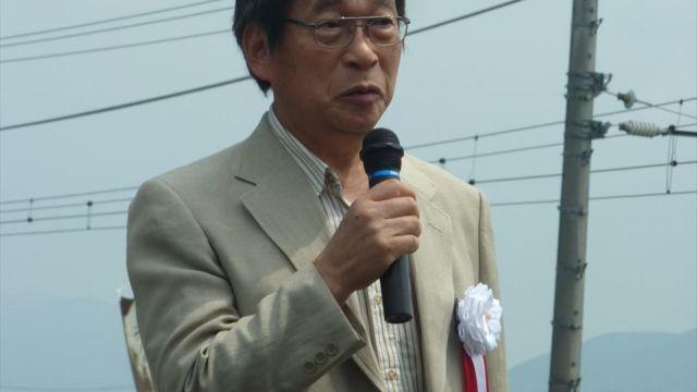 除幕式にあたり挨拶する菅井益郎実行委員長